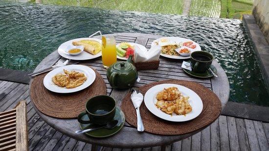 Motama Villa: Breakfast by the pool