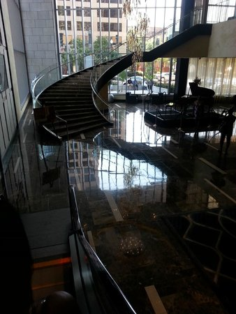 Hyatt Regency New Orleans: Spiral staircase and baby grand piano