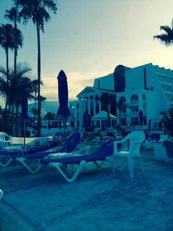 Guayarmina Princess Hotel : Plenty of sunbeds for all