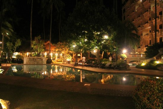 Costabella Tropical Beach Hotel: pool at night