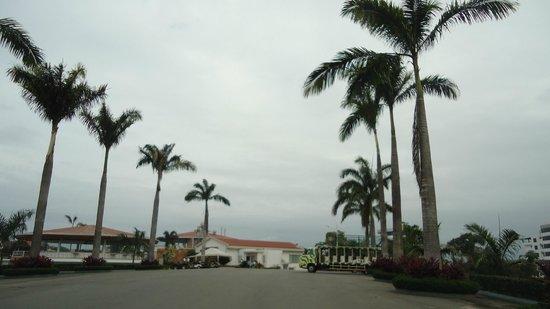 Hillary Nature Resort & Spa: Vía hacia piscina y comedor
