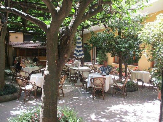 Grand Hotel De La Ville Sorrento: Breakfast under the orange trees