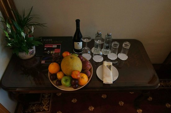 InterContinental Bucharest: Fruit, water and wine welcoming gift.