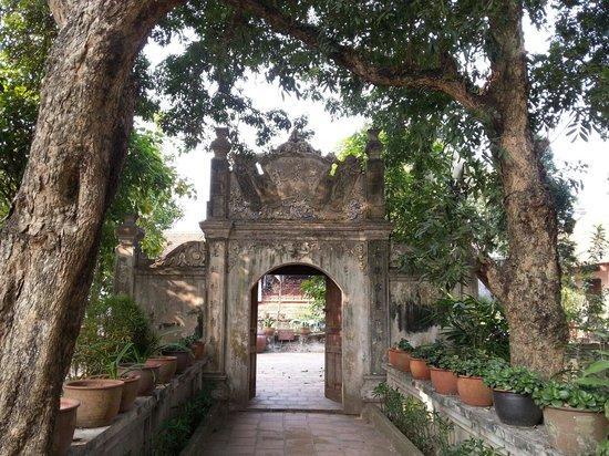Duong Lam Ancient Village: 사원 입구