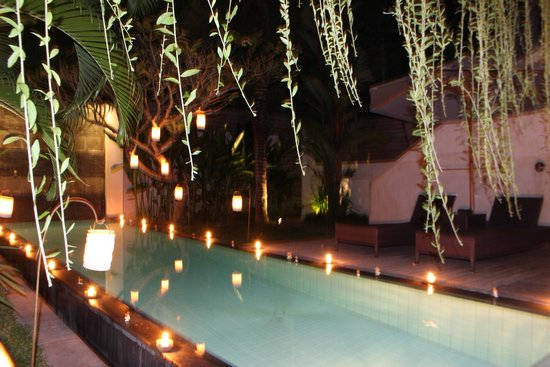 Bali Island Villas & Spa: Candle Light Dinner Decoration at the pool