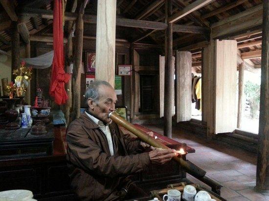 Duong Lam Ancient Village: 담배  피우는 걸 보여주는 주민