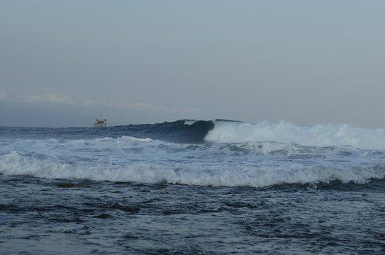 Sanur Beach: волны(за рифом)