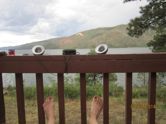 Elk Point Lodge & Cabins: Nice little deck with view of the lake