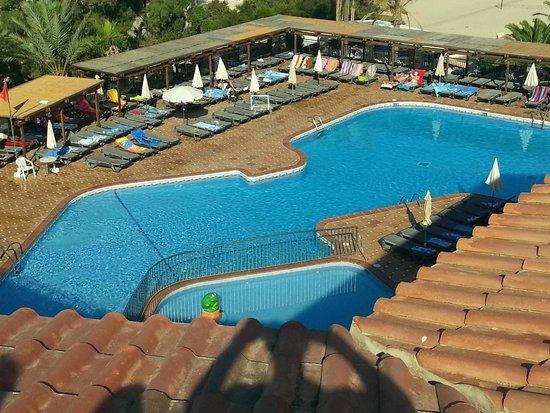 Insotel Tarida Beach Sensatori Resort : La piscina verso la spiaggia