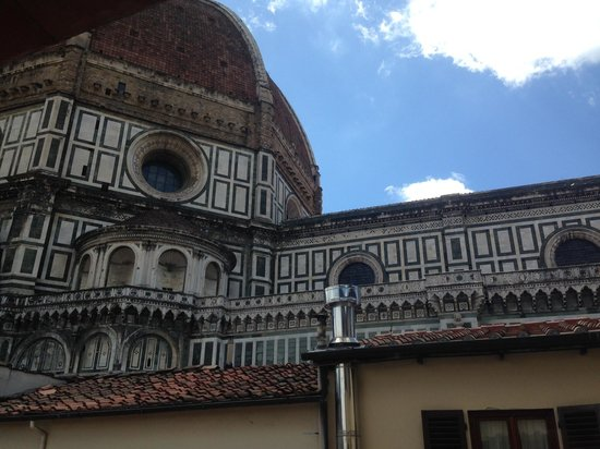 Hotel Duomo Firenze: Beautiful view of the Duomo from our room!