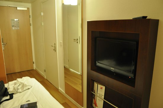 ibis Zurich Messe Airport: View of one side of room