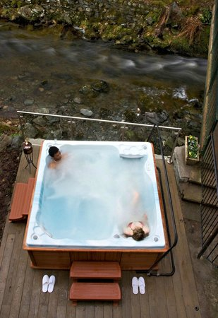 Lodore Falls Beauty Salon: The outdoor hot tub at the Lodore Falls Hotel