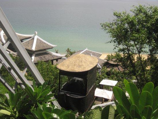 InterContinental Danang Sun Peninsula Resort : The cable car service