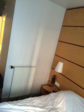 Belambra City - Hôtel Magendie : Apenas uma tomada no quarto todo.