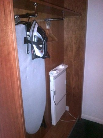 Leonardo Hotel London Heathrow Airport: Iron and Trouser press