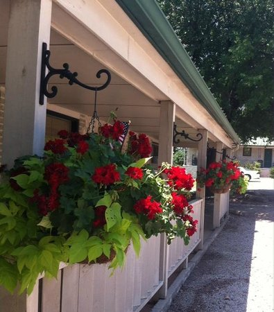 Carlton-Marion Inn: Summer flower baskets