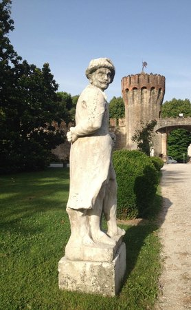 Castello di Roncade: looking on