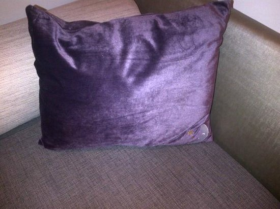 Premier Inn London Wandsworth Hotel: Cushion