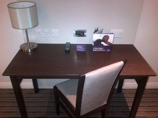 Premier Inn London Wandsworth Hotel: Desk