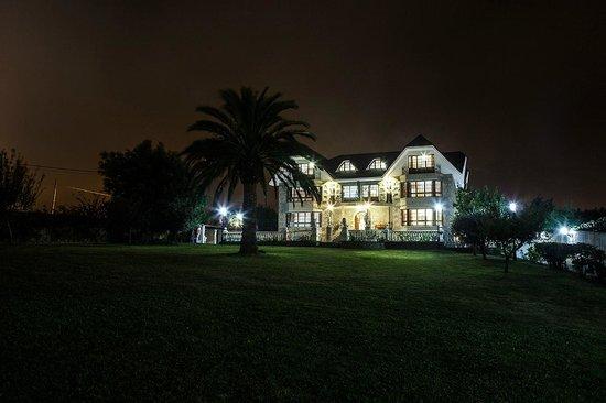 Hotel Antoyana: Exterior noche