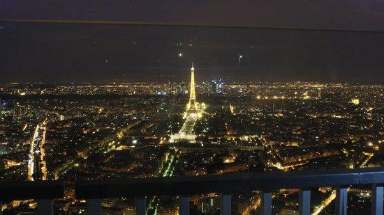 Observatoire Panoramique de la Tour Montparnasse : Note the railing & glass reflection.