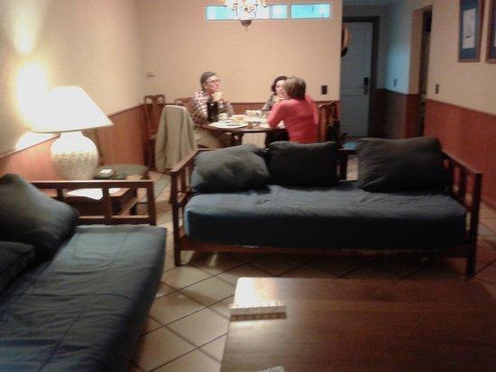 Gran Hotel Pucon: Living y comedor del departamento