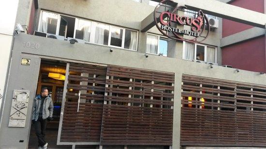 Circus Hostel & Hotel: em frente o hotel e hostel circus