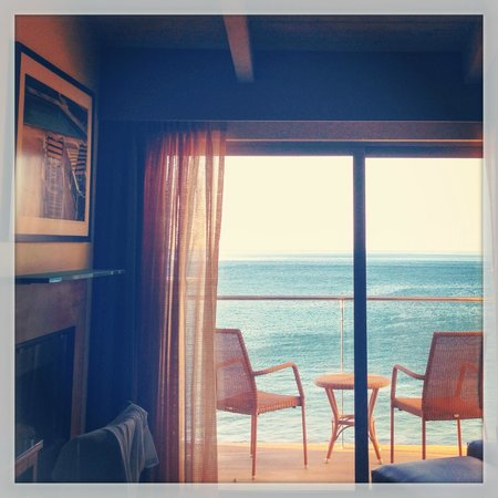 Malibu Beach Inn: Looking from the bed to the balcony