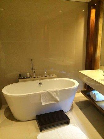 JW Marriott Marquis Hotel Dubai: Banheiro 1