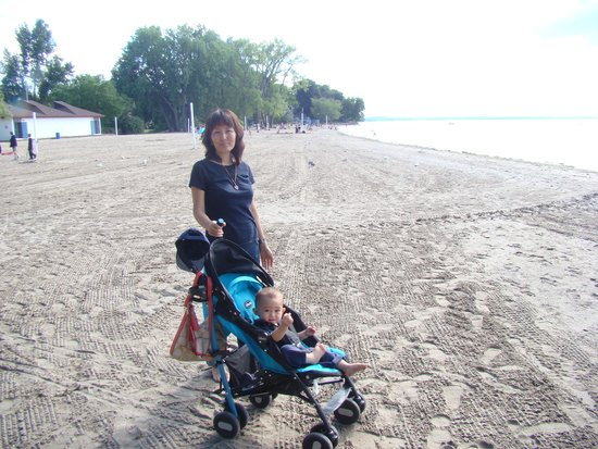 Lakeside Park Carousel: Big Crowds on the beach.......