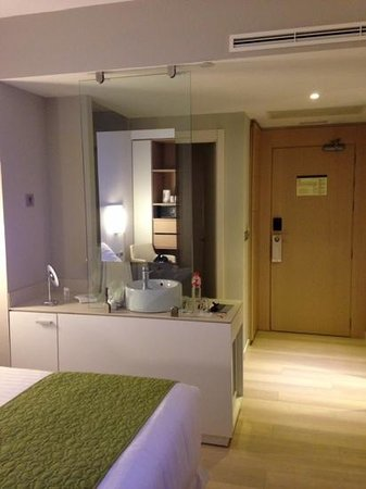 Barcelo Bilbao Nervion: looking from the bedroom towards the open bathroom area and door into the room