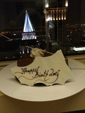 Millennium Plaza Hotel Dubai : Торт-презент