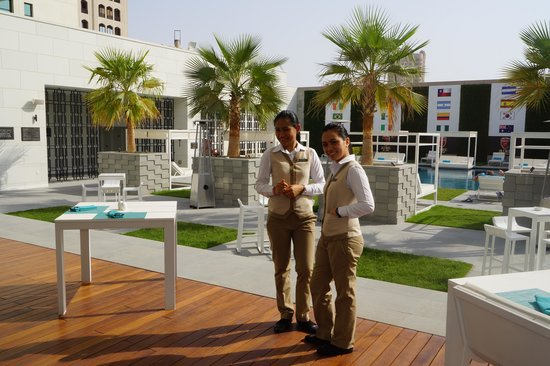 InterContinental Regency Bahrain: Courtyard pool overlooking buffet restaurant