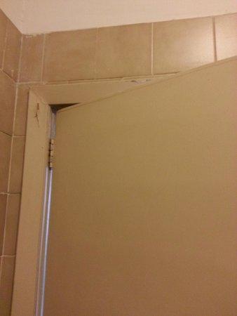 Prati Hotel: dettaglio delle pareti a pezzi del bagno della camera più carina che abbiamo provato
