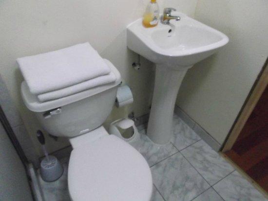 La Serena, Chile, Hostal Balmaceda. Baño Interior Habitación.