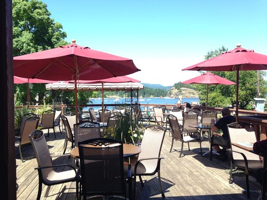 Herons Restaurant @ Heriot Bay Inn: Outdoor seating overlooking the marina