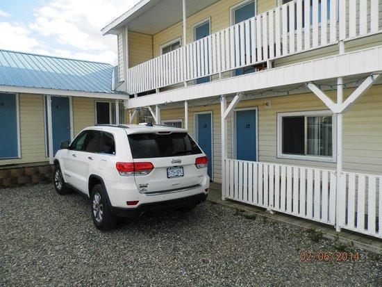 Hubs Motel: Parkplatz vor dem Zimmer