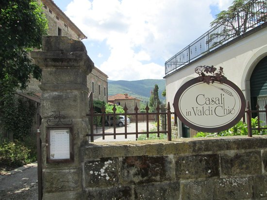 Famiglia Buccelletti Winery: Outside from the road