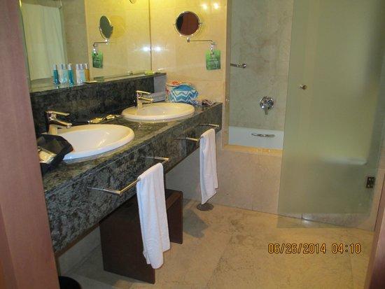 Gran Hotel Torre Catalunya : The bathroom