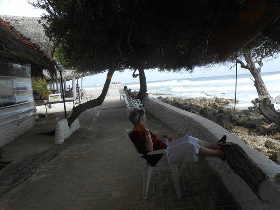 Cinnamon Dhonveli Maldives : Vor einem Strandcafé
