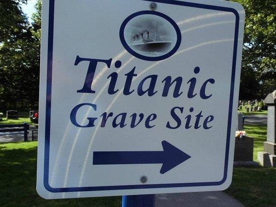 Fairview Lawn Cemetery : Hinweisschild auf die Begräbnisstätte der Titanic Opfer