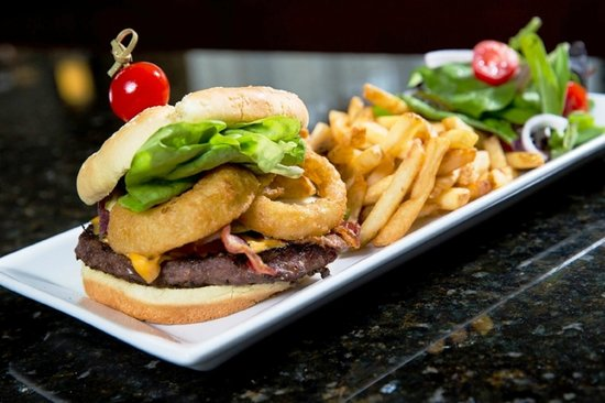 Holiday Inn Montreal Longueuil : Try one of our gourmet burgers!