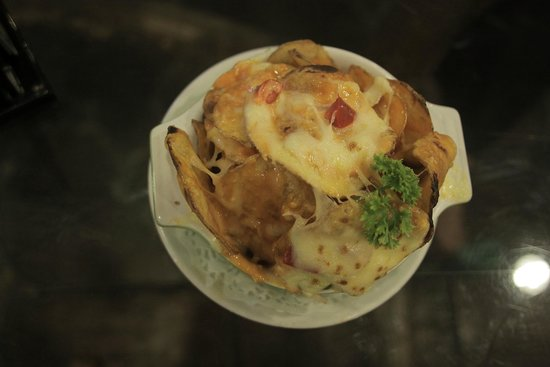 Tong's Cafe: potato chips in cheese sauce