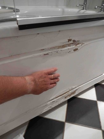 Mercure Eastgate Oxford: peeling bath panel