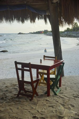 Zamas : The restaurant opens to the beach