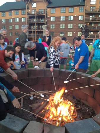 Hope Lake Lodge & Conference Center: S'mores at the campfire