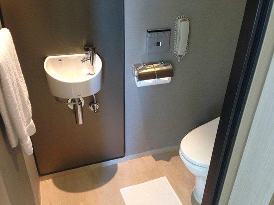 The Okura Prestige Bangkok: 有獨立洗手間,和浴室分隔。