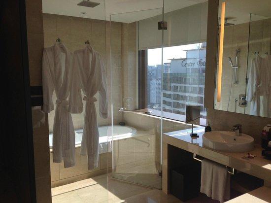 The Okura Prestige Bangkok: 浴室可以開簾或關簾。
