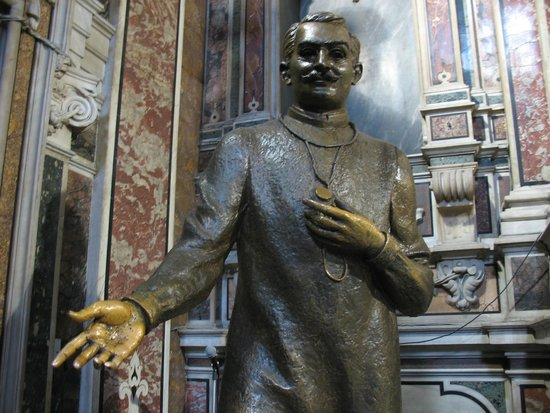 Gesu Nuovo Church: La Statua di San Giuseppe Moscati