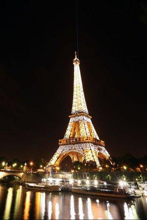 Tour Eiffel : ライトアップされたエッフェル塔